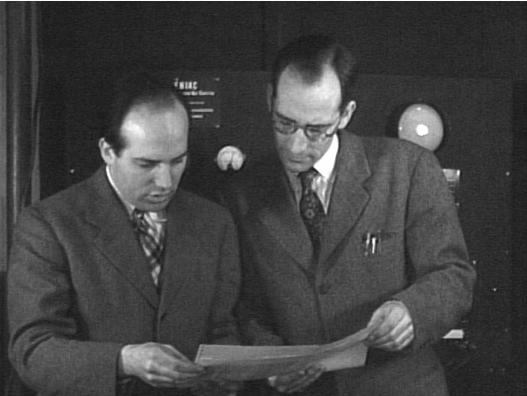 Los creadores del UNIVAC estudiando su nueva máquina  A la izquierda John Presper Eckert y a la derecha John William Mauchly