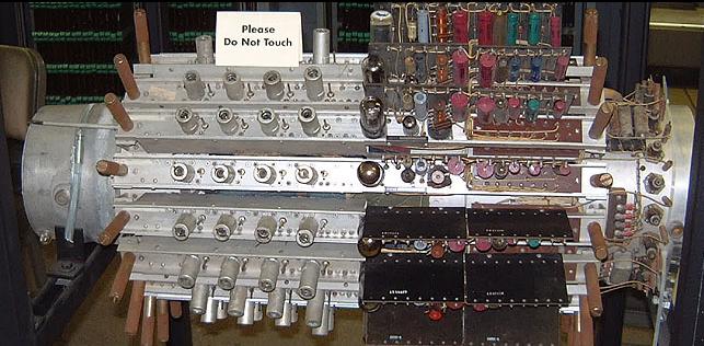 La memoria del UNIVAC  En la imagen podemos apreciar la diferencia de tamaño con las actuales memorias y la complejidad de ésta.