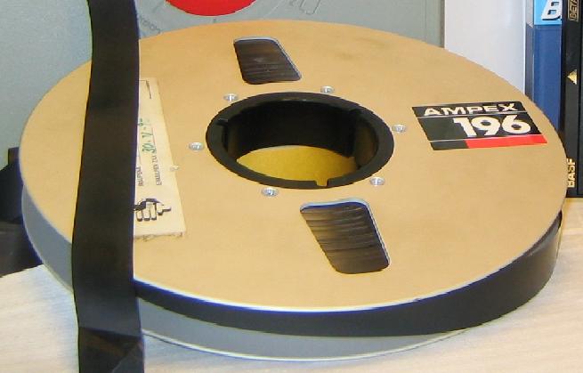 El UNIVAC usaba cintas magnéticas.  Almacenaban datos de todo tipo y fueron muy novedosas para la época.