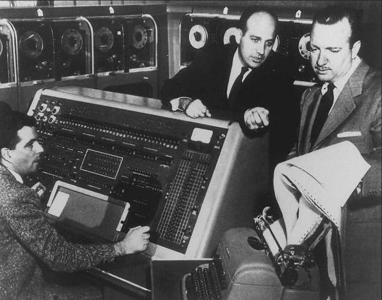 Charles Collingwood, Eckert y un operario del UNIVAC I la noche de las elecciones.  El presentador de la cadena donde se emitió el resultado de las elecciones a presidente de los Estados Unidos no podía creer la predicción del UNIVAC.